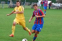 Fotbalisté juniorského týmu FC Viktorie (na archivním snímku z utkání s Duklou hráč v červenomodrém) podlehli na hřišti Táborska těsně 1:2