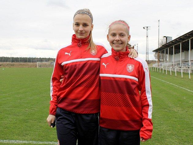 Viktoriánky Gabriela Šlajsová (vlevo) a Nikola Charouzová na srazu reprezentace do 17 let