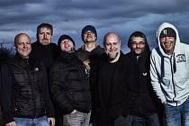 DĚDA MLÁDEK ILLEGAL BAND. Zleva: Jan Brabenec, Zdeny Podskalský, Jakub Fenzl, Karel Pičman, Marcel 'Mersí' Marek, Marek Jedlička a Petr Hrach.