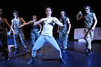 Ondřej Martiš v popředí v baletu s názvem Kill de Bill.