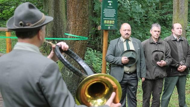 Otevření stezky, jemuž přihlížela řada myslivců a lesáků, provázela samozřejmě slavnostní fanfára na lesní roh