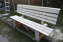 Natřená lavička.