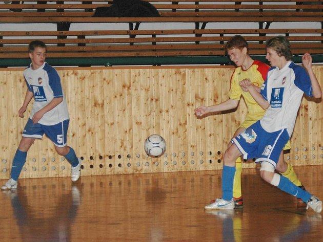 Fotbaloví starší žáci Viktorie Plzeň (v modrobílých dresech) bojují s Příbramí v závěrečném utkání sobotního memoriálu Josefa Žaloudka