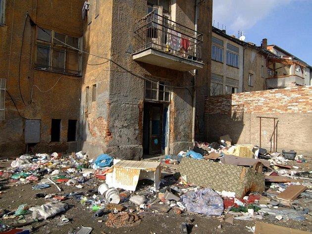 Dvůr domu v Resslově ulici 13 si zasypali odpadky sami nájemníci  bytů. Nepořádek na snímku dokázali zvládnout za čtyři měsíce poté, co město dvůr na vlastní náklady vyklidilo