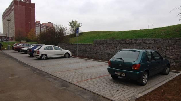 V Brněnské ulici  bylo vystavěno  nové parkoviště. Situace s parkovacími místy zůstává ale na Vinicích stále kritická