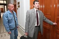 Přestože Jan Hudák (vlevo vedle svého advokáta) včera k soudu přišel, neřekl k případu pohlavního zneužívání dvanáctileté dcery své družky zhola nic
