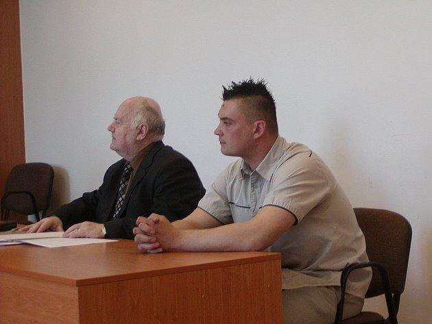 Jaromír Novotný (vpravo vedle svého obhájce Jaroslava Krůška) si viditelně oddechl. Soud jej totiž zprostil obžaloby