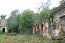Zpustlý statek na vrchu Dubeč u Nepomuka chátral. Rozsáhlé stavení město před třemi týdny prodalo