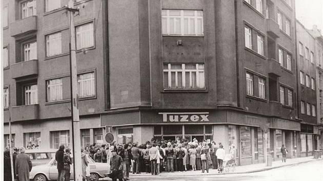 Fronty před plzeňským Tuzexem v 80. letech minulého století. Repro z knihy Procházka Plzní před rokem 1989, vydal Starý most
