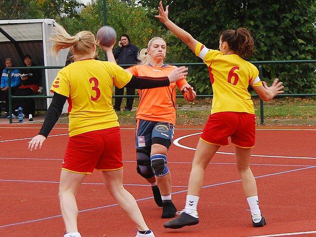 KAPITÁNKA Příchovic Jolana Levorová (na archivním snímku s míčem) zatížila konto soupeřek ze Staré Vsi šesti góly.