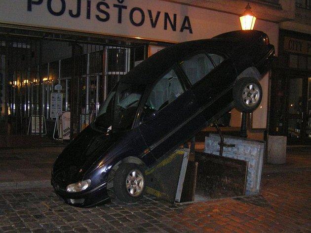 Auto z výtahu dokázali sundat až hasiči