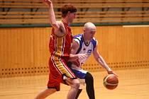 Martin Drobný (v bílém) se snaží v utkání první ligy basketbalistů uniknout jednomu z hráčů Sokola Písek. Drobný přispěl k výhře nad Jihočechy třiadvaceti body a při vysokém vítězství 108:78 byl druhým nejlepším střelcem plzeňského týmu