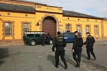 Poškozenu bránu borské věznice hlídají policisté
