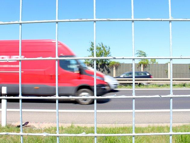 Ředitelství silnic a dálnic u plzeňské přivaděče napíná vysokopevnostní dvoumetrové pletivo.