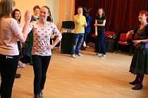 Osm odvážných cizinek a cizinců z Ukrajiny, Ruska a Běloruska  si na starost vzala herečka, divadelní lektorka a autorka Blanka Josephová-Luňáková (vpravo)