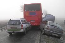 Nehoda autobusu a svou osobních aut u Číčova