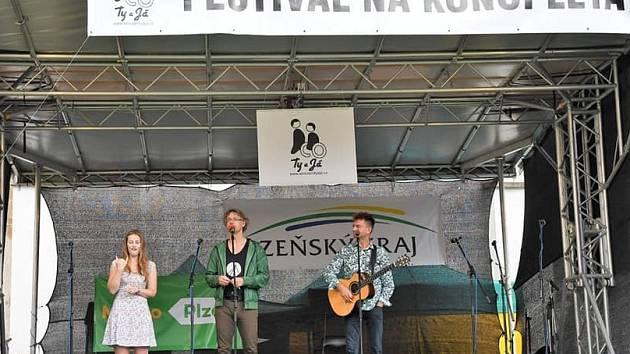 Duo Dubnička (druhý zleva) a Lahoda zazpívalo svoje originální texty
