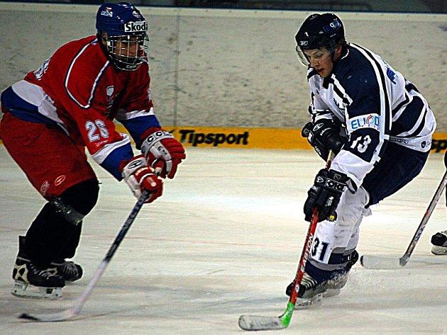 Martin Trojan (vpravo) z juniorského celku hokejového Lasselsbergeru Plzeň se snaží ve včerejším  utkání s českou reprezentační sedmnáctkou projít obranou soupeře