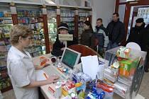 Lidé využívají posledních dnů, kdy se ještě nemusí za recepty platit a předzásobují se léky.  Fronta na snímku je z lékárny U Bílého jednorožce na náměstí Republiky