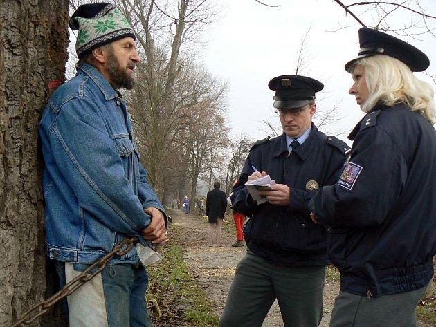 Vladimír Mičkal se v prosinci roku 2007 přivázal na protest proti kácení ke stromu v Kilometrovce