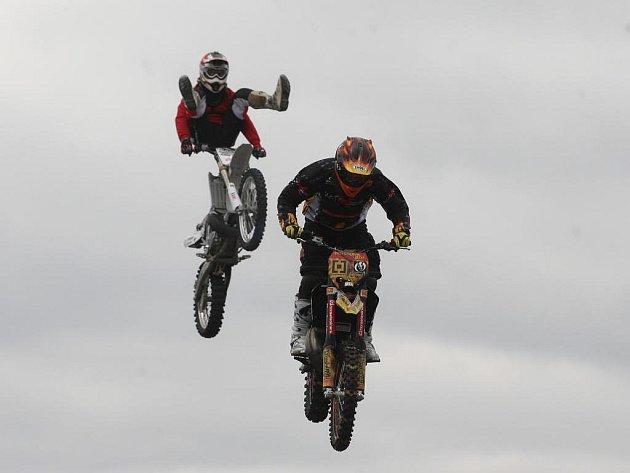 ci motocyklů předvedli na Borských polích jezdci v čele s Petrem Kuchařem