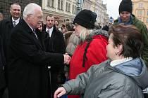 Na prezidenta čekaly před plzeňskou radnicí davy lidí. Podat ruku Klaus nikomu neodmítl