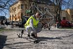 O dětská hřiště v plzeňském centrálním obvodu se nově stará tým s detektory kovu.