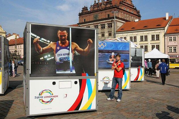 Fotografie olympioniků na náměstí Republiky v Plzni mají přiblížit olympijské myšlenky a také pozvat na olympiádu do Londýna