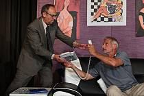 Do své 23. sezony vstoupí v pondělí 6. září plzeňské Divadlo Pluto. Zahájí ji premiérou klasické francouzské komedie Francise Vebera Blbec k večeři. Na snímku představitelé hlavních rolí Pavel Kikinčuk a Daniel Rous.