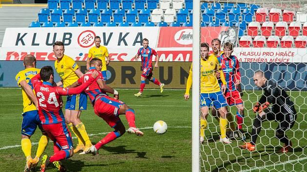 Fotbalisté Zlína (žluté dresy) prohráli ve středeční dohrávce v Plzni 0:2.