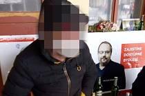 Na zákaz popíjení alkoholu nedbali ve středu ráno dva muži před budovou Hlavního nádraží ČD v Plzni, neunikli přitom pozornosti hlídky městské policie.