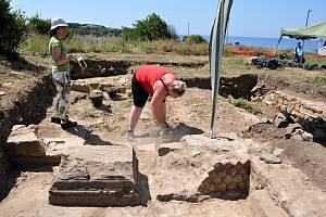 Studentky katedry archeologie při výzkumu v Itálii. Před 14 dny učinili archeologové velkolepý objev část sochy zřejmě císaře Aurelia nalezli více než metr pod povrchem.