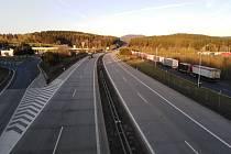 Provoz na dálnici před přechodem v Rozvadově byl ve čtvrtek večer plynulý a bez kolon.