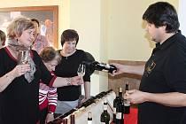V Chocenicích se stály fronty na víno.