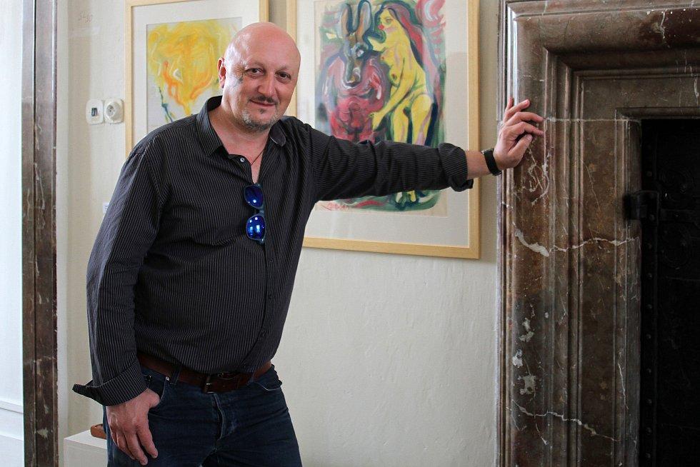Do zámeckého sálu plaského kláštera dorazil také kostýmní výtvarník Tomáš Kypta, jehož díla můžete také na výstavě vidět.