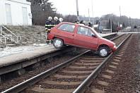Ve Zdemyslicích sjelo auto do kolejiště