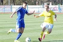 Fotbalisté Tachova neuspěli v domácím duelu s Pískem, kterému podlehli 2:3. Na snímku zastavuje pronikajícího útočníka hostů Michal Mlynařík (vlevo).