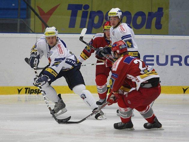 Hokejisté HC Plzeň 1929 porazili v semifinále Tipsport Cupu  tým  Třince 3:1.  Na snímku bojují se soupeři Jaroslav Modrý a Jan Kovář (zleva v bílých dresech)