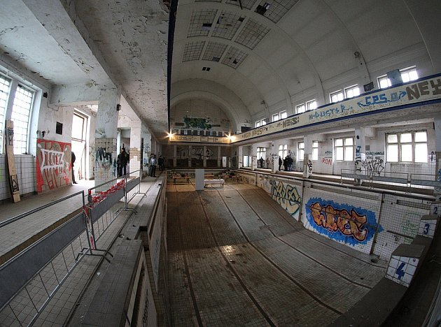 Tiskovou konferenci přímo v bazénu bývalých městských lázní uspořádali noví nájemci objektu. Už v polovině listopadu se tu má uskutečnit první paintballová střílečka.