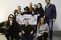 Na snímku jsou členové kapely Lucie Lenka Klasnová z NF Šance onkoláčkům (vlevo držící šek) a zástupci Nadace ČEZ Adriana Semorádová a Daniel Novák.