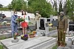 Na hrob Johna Shobeye květinu pokládá Vítězslav Opálko, starosta obce Dolní Lukavice.