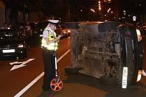 Řidič se v Koterovské ulici nevěnoval řízení a narazil do auta, které stálo před ním. Jeho vozidlo skončilo po nárazu na boku.