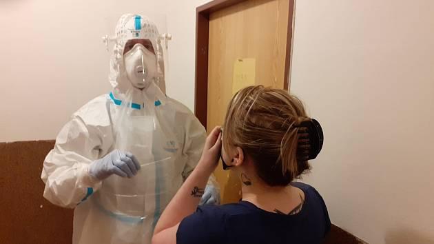 Proškolený tým příslušníků Hasičského záchranného sboru Plzeňského kraje začal v pátek fungovat jako mobilní tým na odběr vzorků pro laboratoře.
