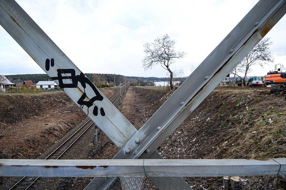 Lávka nad železniční tratí v plzeňské části Valcha.