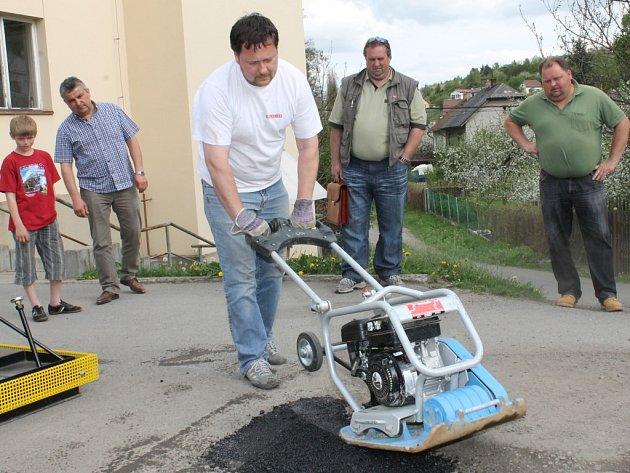 Jak se zbavit výtluků severoplzeňským starostům u budovy plaské banky předvedl Pavel Bursa