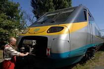 Peter Baltazar z plzeňské firmy Movo přeměřuje napojení rychlovlaku Pendolino Českých drah před započetím servisní prohlídky podvozku vlaku.  Plzeňské Movo je jednou z firem, které mají certifikaci na servis Pendolin