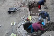 Archeologický výzkum v Kralovicích. Před stavbou městské knihovny se tu podařilo odkrýt základy středověkého domu, studny a nečekaně i keltský hrob.