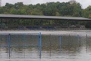 Povodeň v Plzni na hřišti v Luční ulici