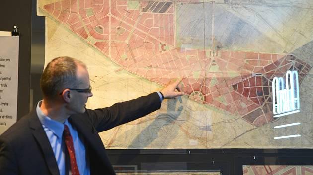 Petr Domanický ukazuje takzvaný Regulační plán města Plzně, který na přelomu 20. a 30. let minulého století vytvořil architekt Vladimír Zákrejs. Plán byl desítky let považován za ztracený. V archivu města byl nalezen před deseti lety