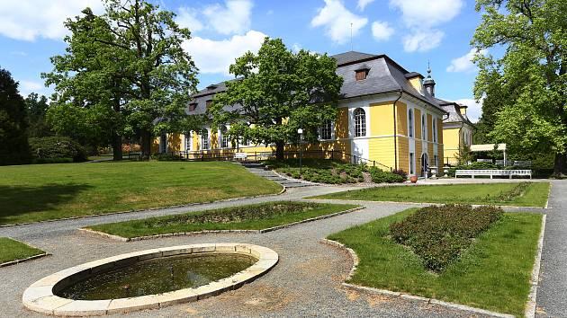 Na loveckém zámku Kozel na jižním Plzeňsku probíhají poslední přípravy před pondělním úplným zpřístupněním a zahájením hlavní návštěvnické sezóny.